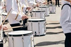 Het ensemble van slagwerkers in witte plechtige kleding royalty-vrije stock fotografie