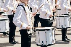 Het ensemble van slagwerkers in witte plechtige kleding royalty-vrije stock foto's
