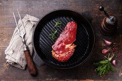 Het entrecôte van het Ribeyelapje vlees op grillpan Royalty-vrije Stock Fotografie