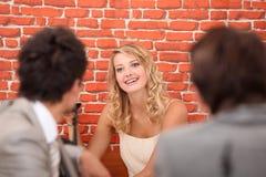 Het erkennen van collega's in restaurant Royalty-vrije Stock Afbeelding