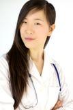 Het ernstige Aziatische vrouwelijke arts glimlachen royalty-vrije stock afbeeldingen