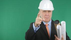 Het ernstige en Zekere Groene Scherm van Ingenieurspointing with finger op Achtergrond royalty-vrije stock fotografie