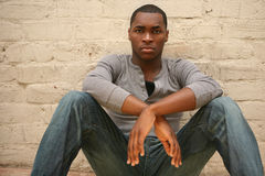 Het ernstige Jonge Afrikaanse Amerikaanse Portret Agains van de Mens royalty-vrije stock foto