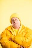 De grappige van de de mensen hoge definitie van het mensenportret echte gele achtergrond Royalty-vrije Stock Afbeelding
