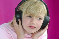 Het ernstige luisteren aan muziek Stock Foto's
