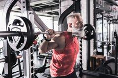 Het ernstige rijpe mannetje heeft intense training in gymnastiek Royalty-vrije Stock Afbeeldingen