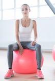 Het ernstige vermoeide vrouw ontspannen tijdens een training Royalty-vrije Stock Afbeelding