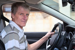 Het ervaren bestuurders rijpe mannetje houdt stuurwiel Royalty-vrije Stock Afbeelding