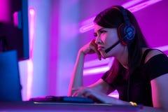 Het Esport gamer meisje voelt boos royalty-vrije stock foto's