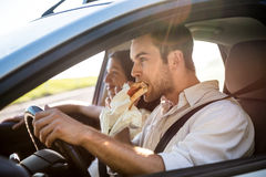 Het eten in auto royalty-vrije stock fotografie