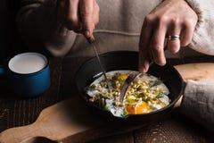 Het eten gooit eieren op de houten horizontale lijst door elkaar Royalty-vrije Stock Foto