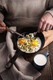 Het eten gooit eieren op de houten lijstverticaal door elkaar Royalty-vrije Stock Foto's