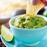 Het eten guacamole met tortillaspaander van kom Royalty-vrije Stock Foto