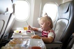 Het eten in het vliegtuig Stock Afbeeldingen