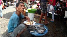 Het eten op de straatventer van straatvissen stock footage