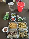 het eten samen met al familie of de vriend stock afbeelding