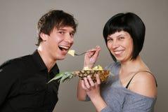 Het eten van ananas Stock Foto's