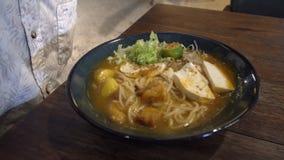 Het eten van Aziatische Noedelsoep Laksa Hoogste mening stock videobeelden