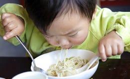 Het eten van baby Stock Afbeelding