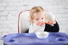 Het eten van babymeisje Stock Afbeeldingen