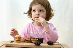 Het eten van chocoladecakes Stock Foto's