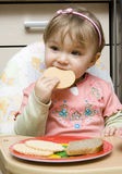 Het eten van de baby stock fotografie