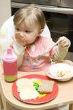 Het eten van de baby royalty-vrije stock afbeelding