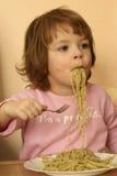 Het eten van deegwaren Stock Foto's