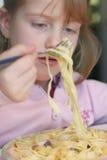 Het eten van deegwaren Stock Afbeeldingen
