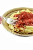 Het eten van deegwaren met vork Stock Afbeelding