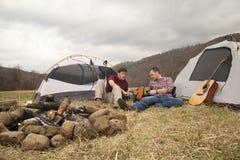 Het eten van diner bij het kampeerterrein Royalty-vrije Stock Afbeeldingen