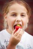 Het eten van een aardbei royalty-vrije stock foto's