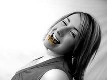 Het eten van een koekje stock afbeeldingen