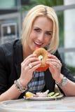 Het eten van een ongezuurd broodje Stock Fotografie