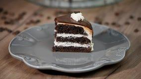 Het eten van een plak van chocoladecake met mensen stock video