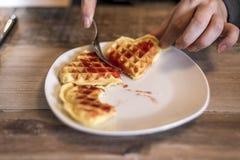 Het eten van Eigengemaakte wafels op witte plaat met de rode gelei van de aardbeijam Stock Afbeelding