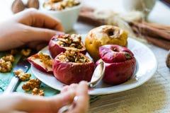 Het eten van gebakken appelen met okkernoten, honing, dessert, Kerstmis Stock Foto