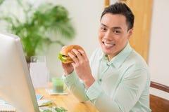 Het eten van hamburger Stock Foto