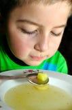 Het eten van het kind royalty-vrije stock afbeeldingen
