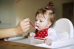 Het eten van het Meisje van de baby Stock Afbeeldingen