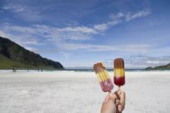 Het eten van ijslollys bij het strand Stock Fotografie