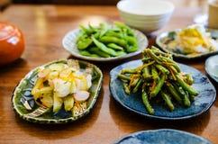 Het eten van Japans voedsel bij het restaurant royalty-vrije stock afbeeldingen