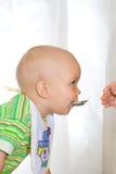 Het eten van kind royalty-vrije stock afbeelding