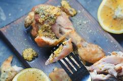 Het eten van kippenbenen stock afbeelding