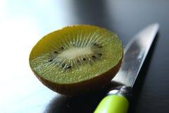 Het eten van Kiwi royalty-vrije stock afbeelding
