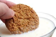 Het eten van koekje met melk royalty-vrije stock afbeelding