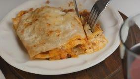Het eten van lasagna's Bolognese stock videobeelden