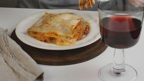 Het eten van lasagna's Bolognese stock footage
