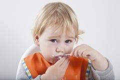 Het eten van lepel het kijken Royalty-vrije Stock Fotografie