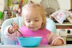 Het eten van meisje stock foto